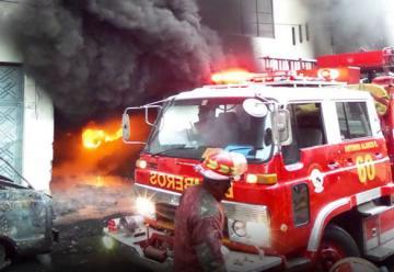 Gran incendio en depósito de llantas en San Martín de Porres