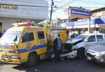Carro de bomberos envuelto en un cuádruple choque