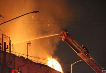 Incendio en bodega no da tregua a bomberos
