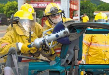 A los 58 años cumplió sueño de ser bombera por un día
