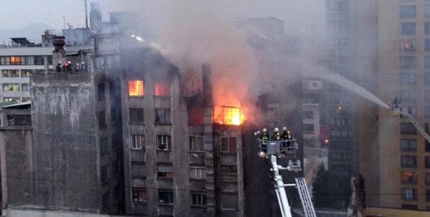 Incendio arraso tres pisos superiores de un edficio
