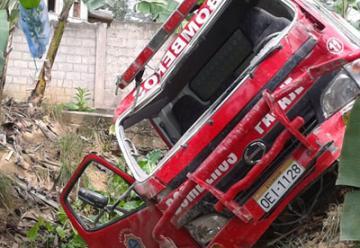 Un camion autobomba pierde el control en el Pasaje