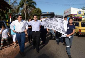 Miembros del cuerpo de Bomberos Voluntarios  marcharon contra desalojo