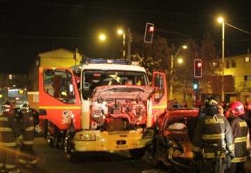 Bomberos de Metropolitano Sur protagoniza choque con vehículo particular en La Pintana