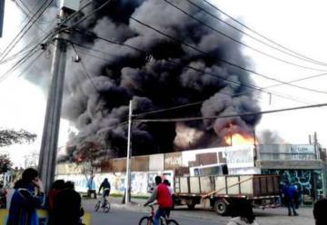 Voraz incendio afectó a dos bodegas en Quinta Normal