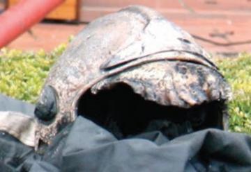 Un bombero es empujado a las llamas y lo salvó su traje