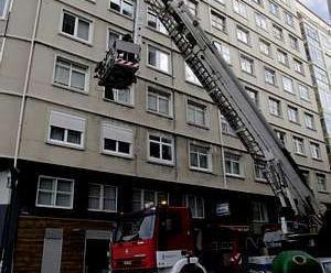 Dos bomberos, heridos al apagar un incendio