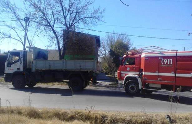 La autobomba de Bomberos volvió de un incendio remolcada por un camión
