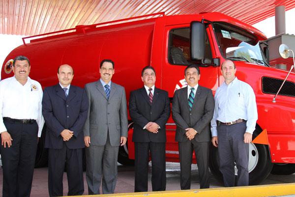 La empresa JATCO entrega camión cisterna a bomberos municipales
