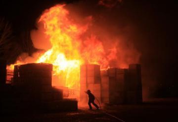 Incendio consumió bins en Allen