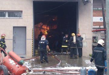Voraz  incendio en un depósito de solventes en Lanús