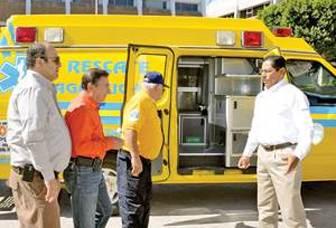 Donan ambulancia a bomberos voluntarios