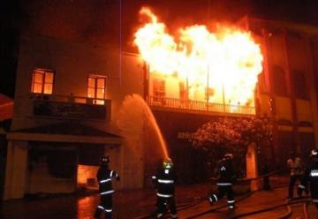 Cinco personas heridas y cuatro de ellos son bomberos en el incendio de Quero