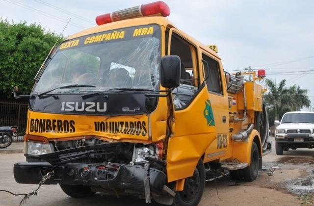 Cuatro bomberos y un menor heridos tras un choque de transito