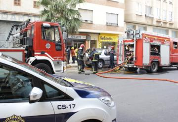 Tres bomberos heridos al sofocar un incendio en un piso de Castellón
