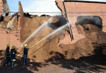 Un incendio en un depósito de granos, consumió por completo el cuartel de Bomberos Voluntarios