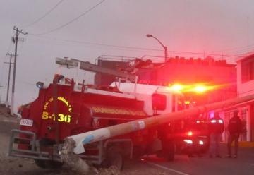 Un camión de Bomberos impactó contra un poste de líneas de media tensión