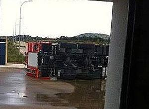 Una autobomba vuelca en el aeropuerto de Castellón