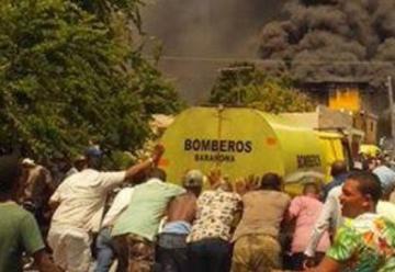 Fuego consume una ferretería; camión de bomberos se daña antes de llegar