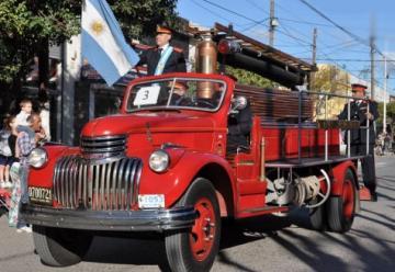 Colorido desfile de bomberos de Cañuelas en sus 70 años