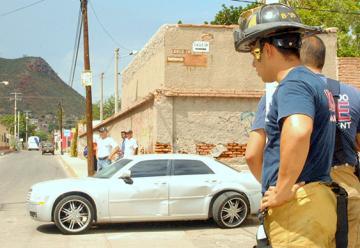 Ignora vehículo a camion de bomberos y ocasiona un choque