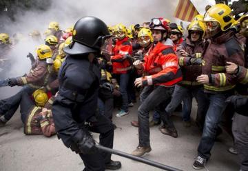 Condenados tres bomberos por agredir a policías en una protesta