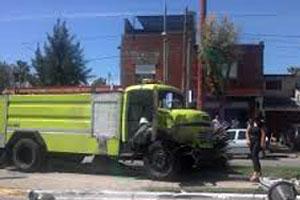 Una dotacion de bomberos choca contra un camion al dirigirse a un incendio
