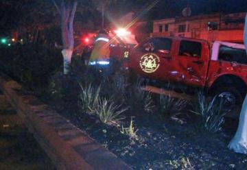Bomberos e Queretaro resultan lesionados, al chocar contra otro vehiculo