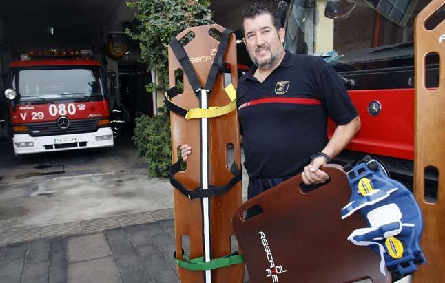 Un bombero patenta una tabla de rescate que agiliza la evacuación