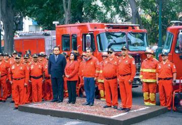 El Presidente de la Nacion entrego 39 autobombas y 20 ambulancias a bomberos