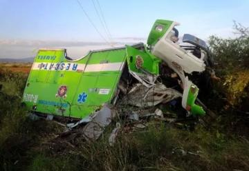 Vuelca ambulancia de Bomberos y deja dos socorristas heridos