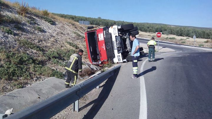 Vuelca un camión de bomberos y deja un herido