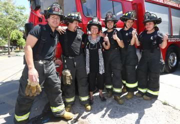 Conductora que pagó el peaje a bomberos fue recibida a lo rockstar