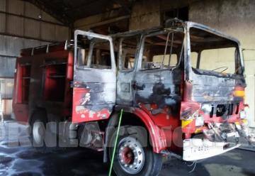 Pirómano quema carro de Bomberos de Curacautín