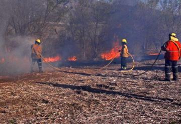 Cinco bomberos lesionados tras combatir un incendio en San Roque