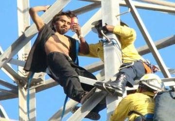 Bomberos de Tijuana rescatan a suicida de La Presa
