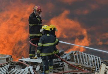Voraz incendio en deposito de pallets