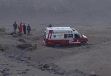 Ambulancia de bomberos despista y cae en hondonada