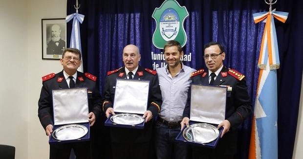 Reconocen a bomberos por sus 35 años de servicio