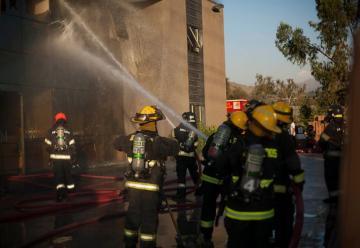 Incendio en bodega dejó tres bomberos con principios de asfixia