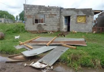 El fuerte temporal del domingo dejo dos bomberos heridos y voladura de techo.