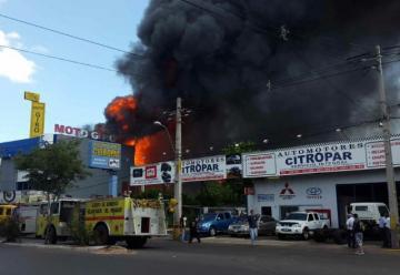 Mas de 30 dotaciones de bomberos en voraz incendio