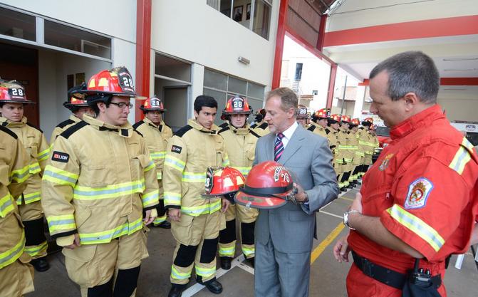 El Municipio de Miraflores entrega modernos uniformes a bomberos
