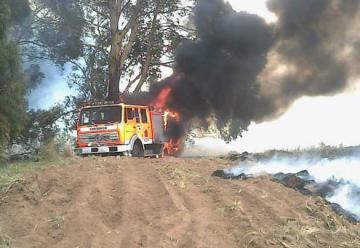 Durante el incendio de un monte se incendia unidad de bomberos.