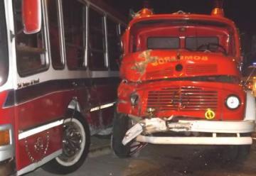 Violento choque entre un colectivo y una autobomba