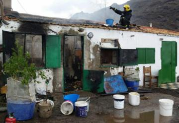 Los bomberos apagan con baldes un incendio en Tasarte al no poder llegar con los camiones