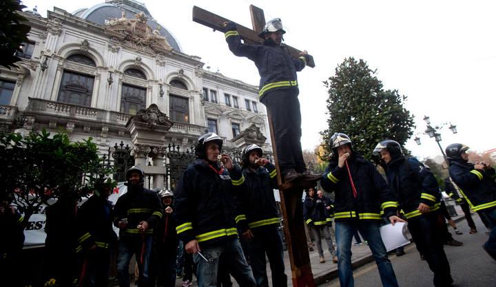 Los Bomberos simulan una crucifixión para exigir el cese del gerente Del Corro