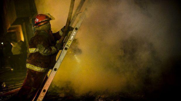 Bomberos de Ecuador apagaron incendio en tres locales en Tumbes