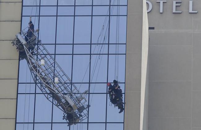 Trabajadores colgando en Hotel Crowne Plaza fueron rescatados por bomberos