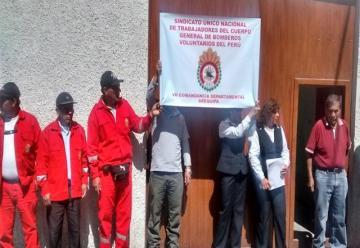 Trabajadores de la Compañía de Bomberos realizaron plantón en Arequipa